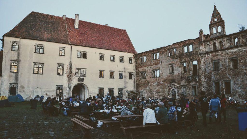 Zlot motocyklowy Wakacje z Duchami Motozwierzyniec na zamku w Siedlisku