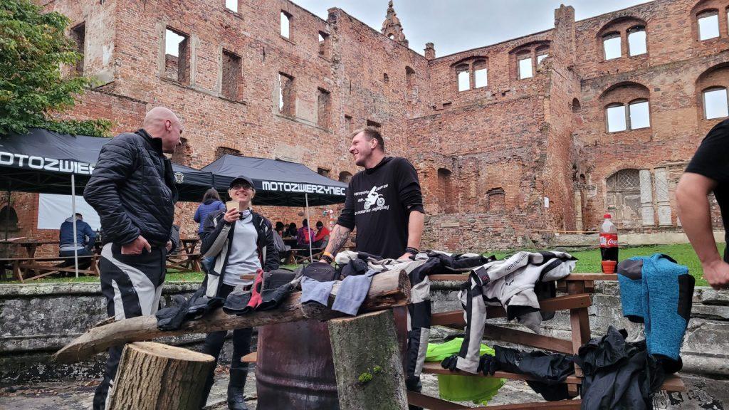 suszenie ciuchów motocyklowych na zamku Karolat